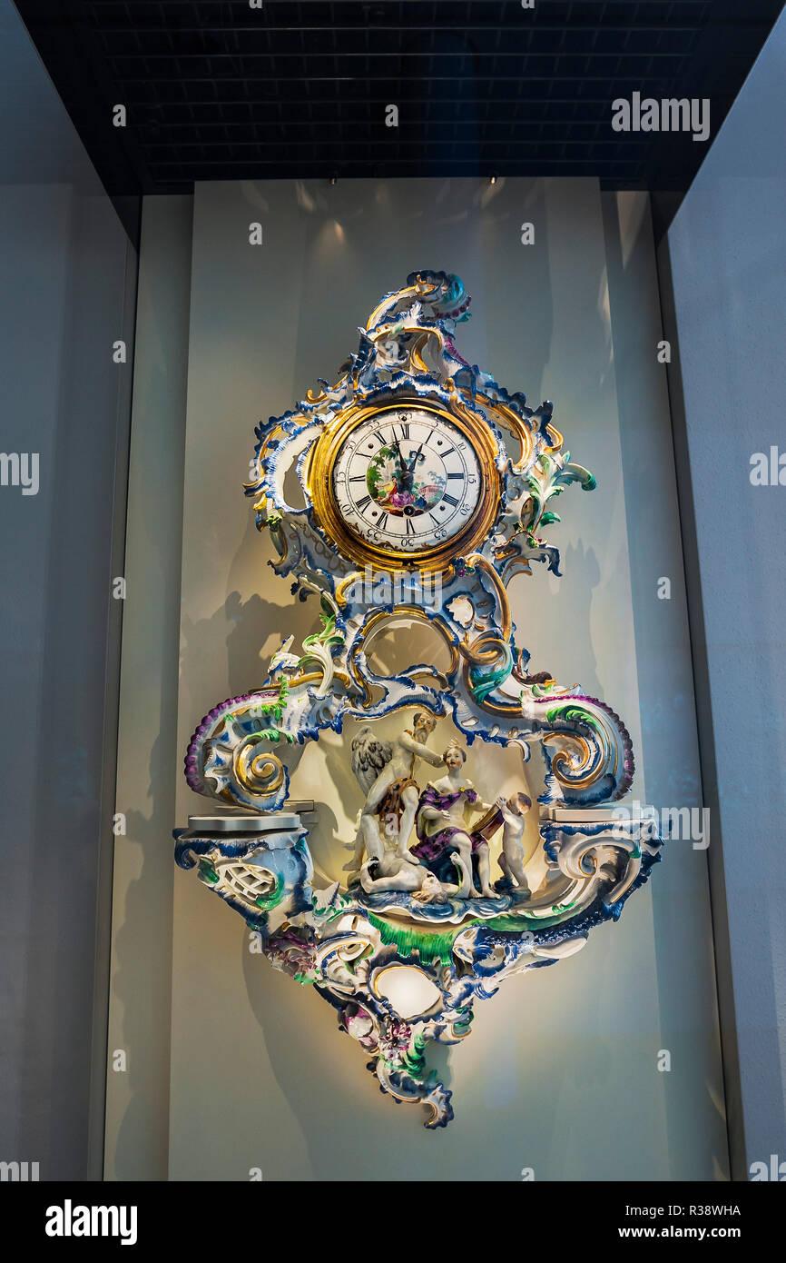 Uhr in künstlerischem Porzellan Einstellung, National Museum, München, Oberbayern, Bayern, Deutschland Stockbild
