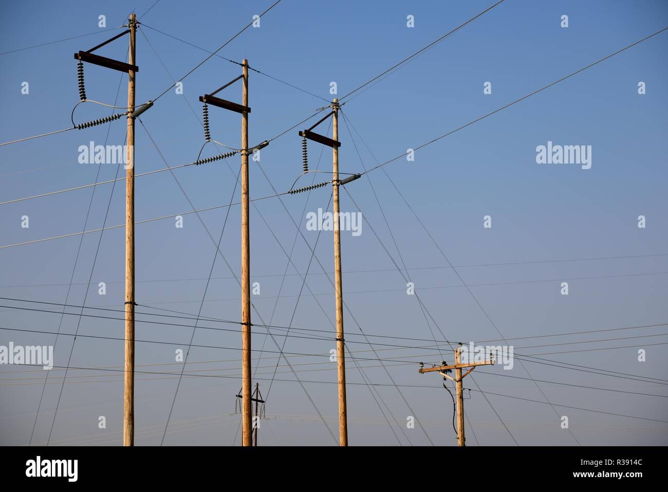Elektrische Unterstation utility Pole und Overhead Hochspannungsnetzteil Linien in Wyoming/USA. Stockbild