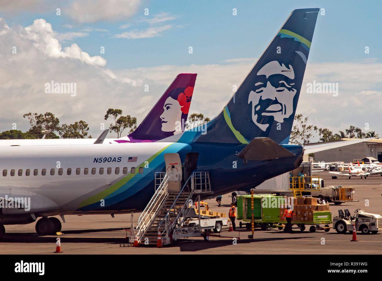 Kailua-Kona, Hawaii - Alaska Airlines und Hawaiian Airlines Jet Flugzeuge am internationalen Flughafen Kona auf Hawaii Big Island. Stockfoto