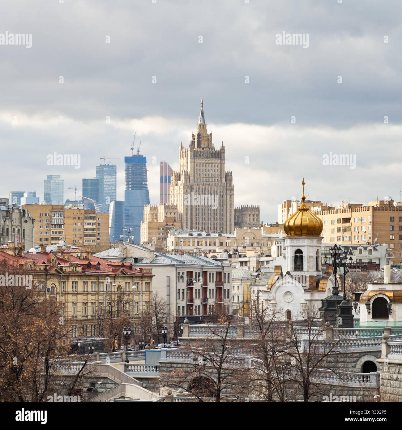 Russland Traditionelles Haus In Mandrogy Dorf Stockfoto: Moskauer Stadtbild Moscow City Gebäude Und Kudrinskaya
