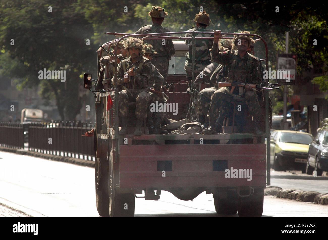 Indische Armee in Lkw kam zu Terroranschlägen durch Dekan Mujahideen Terroristen in Mumbai Indien am 27. November 2008 kämpfen. Terroristen tötete 100 Menschen und mehr als 200 in einer Reihe von koordinierten Attacken über Indien verletzt? s Finanzmetropole Mumbai als schwer bewaffnete bewaffnete Männer in Gruppen von zwei bis vier Feuer mit automatischen Waffen eröffnet und lobbed Granaten in 10 Orte im Süden von Mumbai, einschließlich das 5-Sterne Taj und Trident Hotels, die Stadt den Terminus, ein Krankenhaus, ein Café, ein Pub und ein Kino. Foto: Dinodia (c) dpa-Bericht | Verwendung weltweit Stockfoto