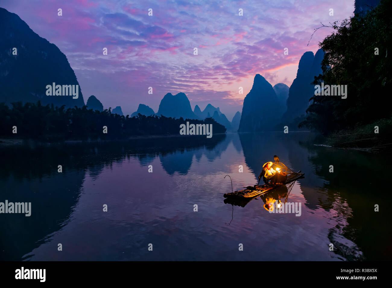 Traditionelle Chinesische Kormoran Fischer, Li River, in der Nähe von Xingping, China Stockbild