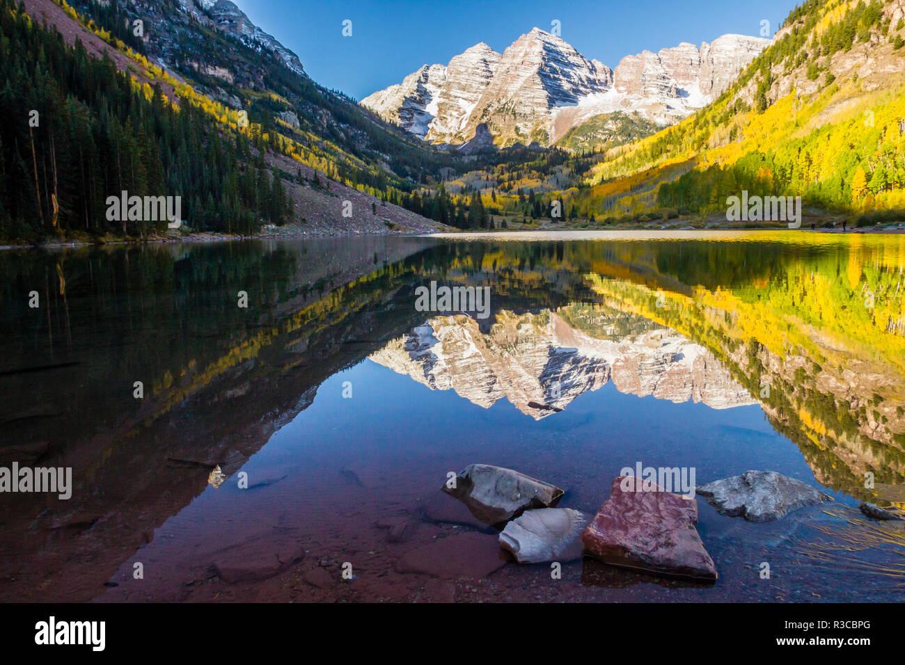 USA, Colorado, kastanienbraune Glocken. Mountain Lake Reflexionen im Herbst Sonnenaufgang. Stockbild