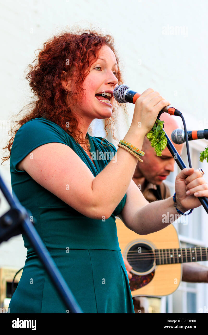 Sangerin Mit Roten Haaren Stockfotos Sangerin Mit Roten Haaren