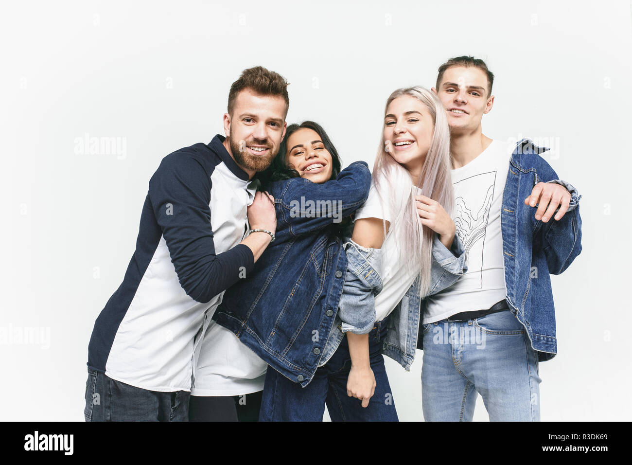 brand new 3b39b 13d96 Gruppe von lächelnden Freunde im modischen Jeans. Die jungen ...
