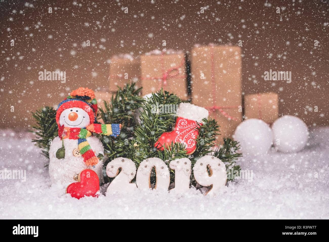 Weihnachten 2019 Schnee.Schneemann Mit Lebkuchen Christbaumschmuck Und Schnee Frohe