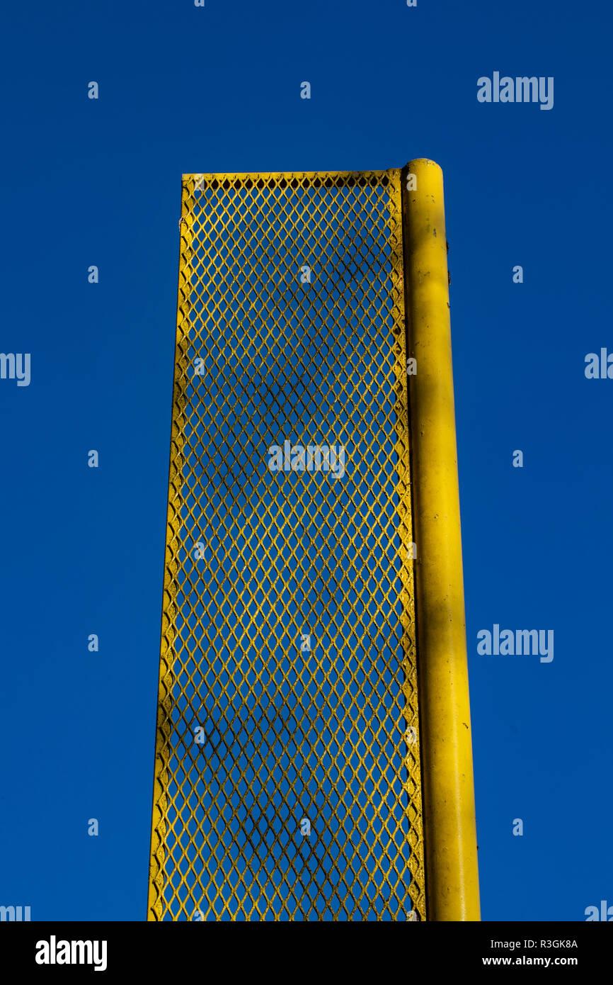 Gelbe foul Pole auf Freizeit Baseball Feld ist gegen den tiefblauen Himmel umrahmt. Stockbild