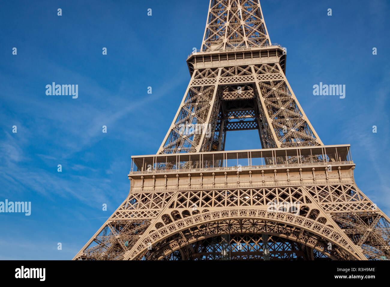 Eiffelturm in Paris Sehenswürdigkeiten gegen den blauen Himmel Stockbild