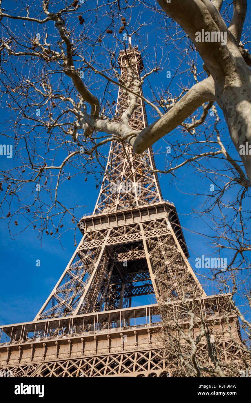 Eiffelturm in Paris gegen den blauen Himmel Sehenswürdigkeit Stockbild