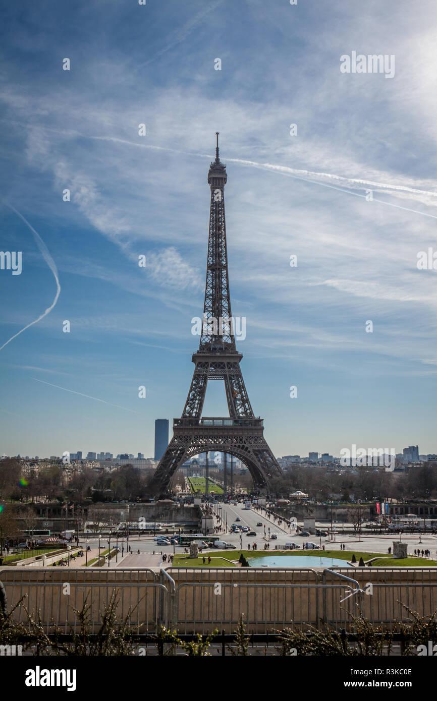 Eiffelturm in Paris Sehenswürdigkeiten gegen den blauen Himmel Stockfoto