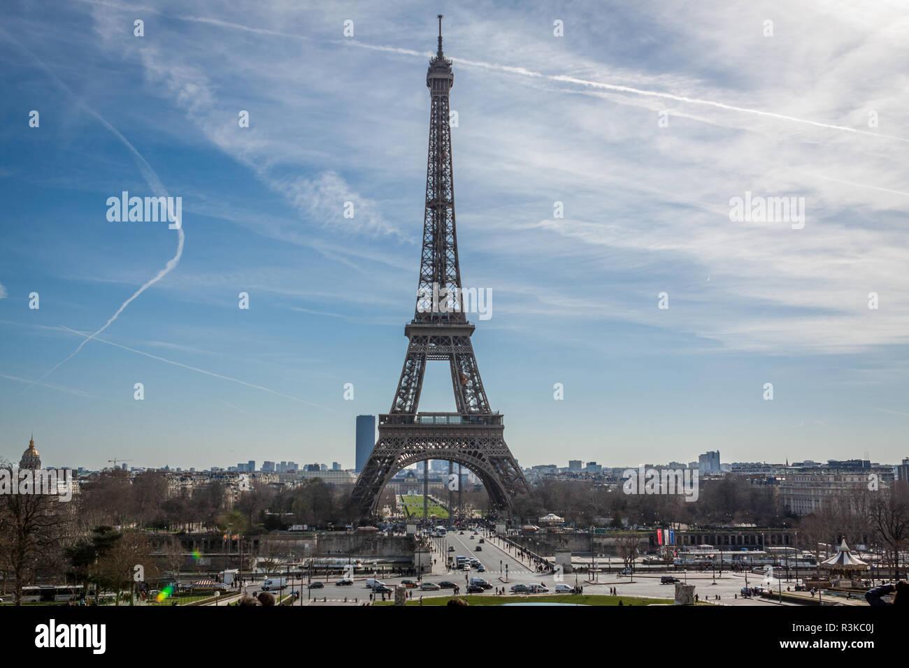 Eiffelturm in Paris Zeichen vor blauem Himmel Stockbild