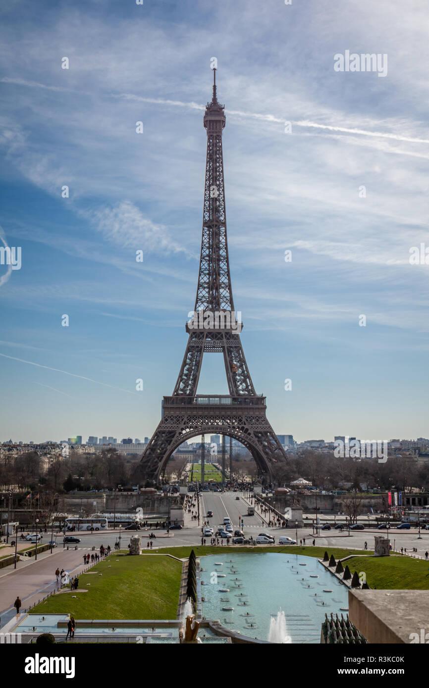 Eiffelturm in Paris Zeichen vor blauem Himmel Stockfoto