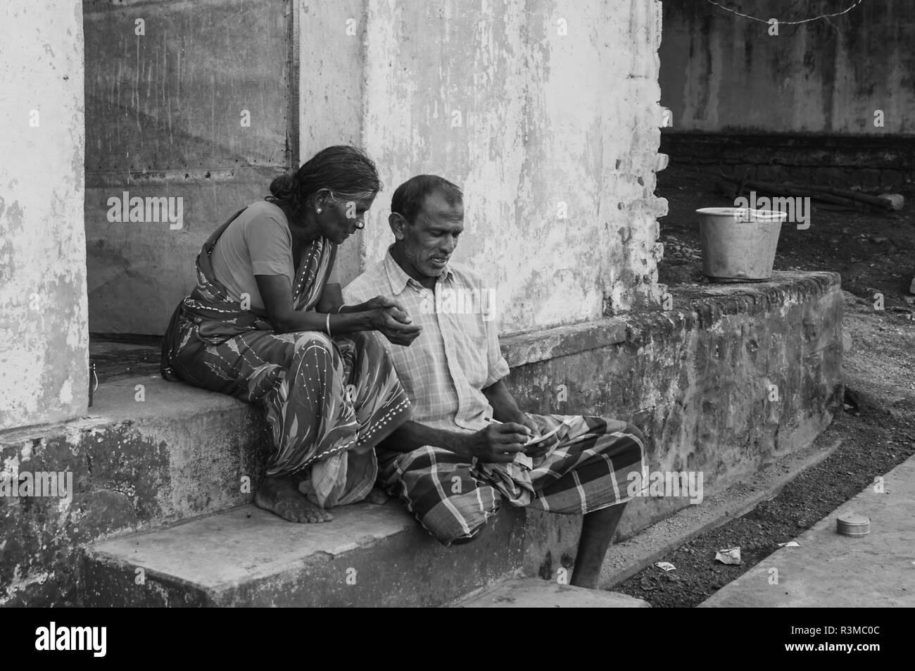 Indische senior Paar sitzt auf dem Haus außen Schritt Stockfoto