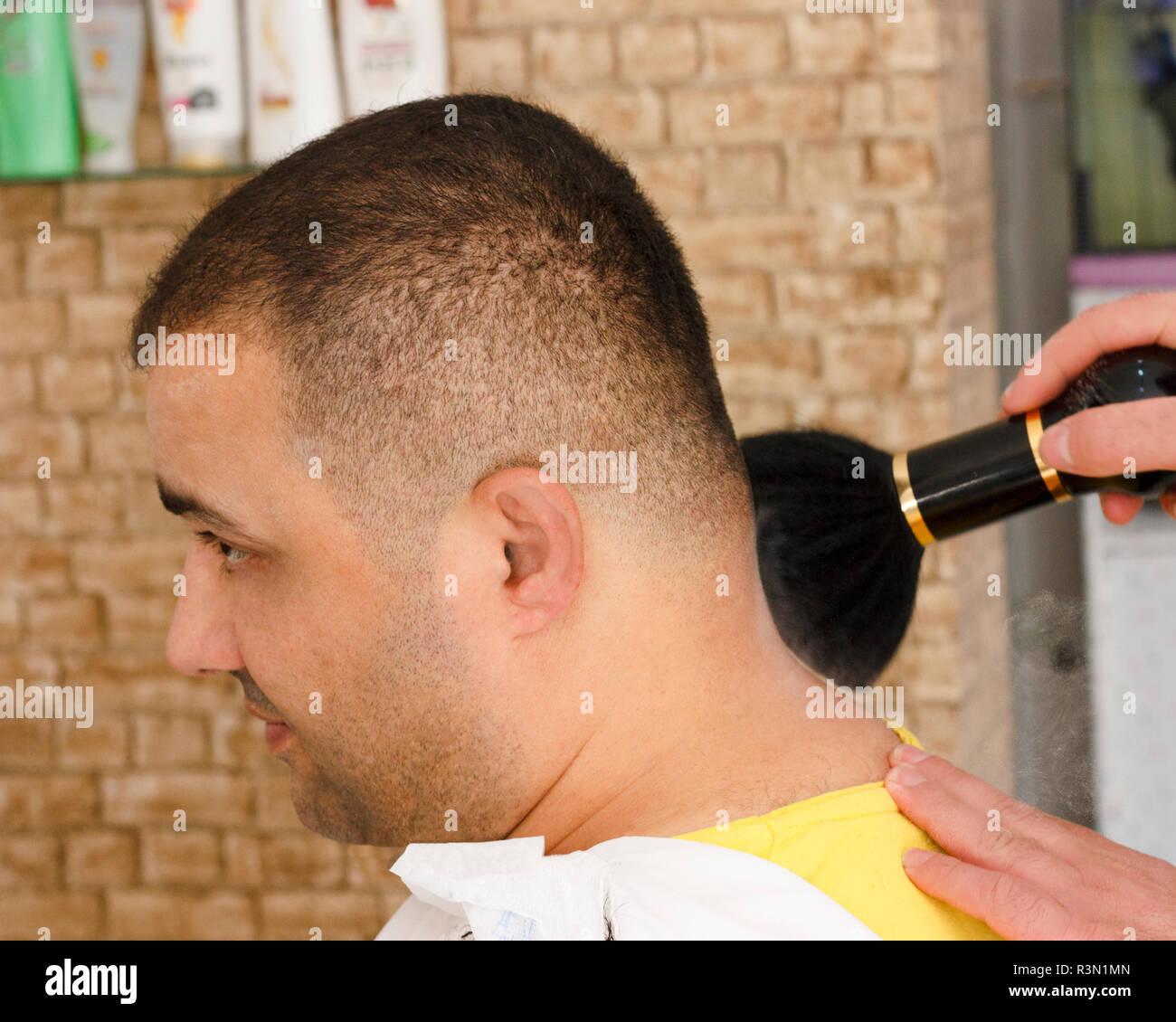 Mann Kurze Haare Schneiden Mit Friseur Stockfoto Bild 226041109