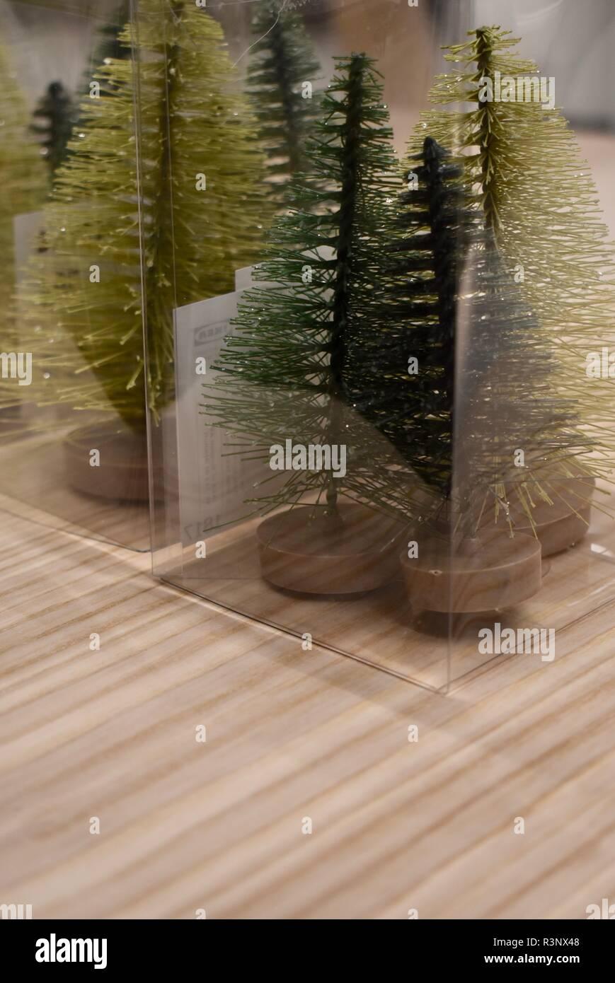 Künstlicher Tannenbaum Ikea.Kleine Plastik Weihnachtsbäume Auf Einem Holztisch Zum Verkauf Ich