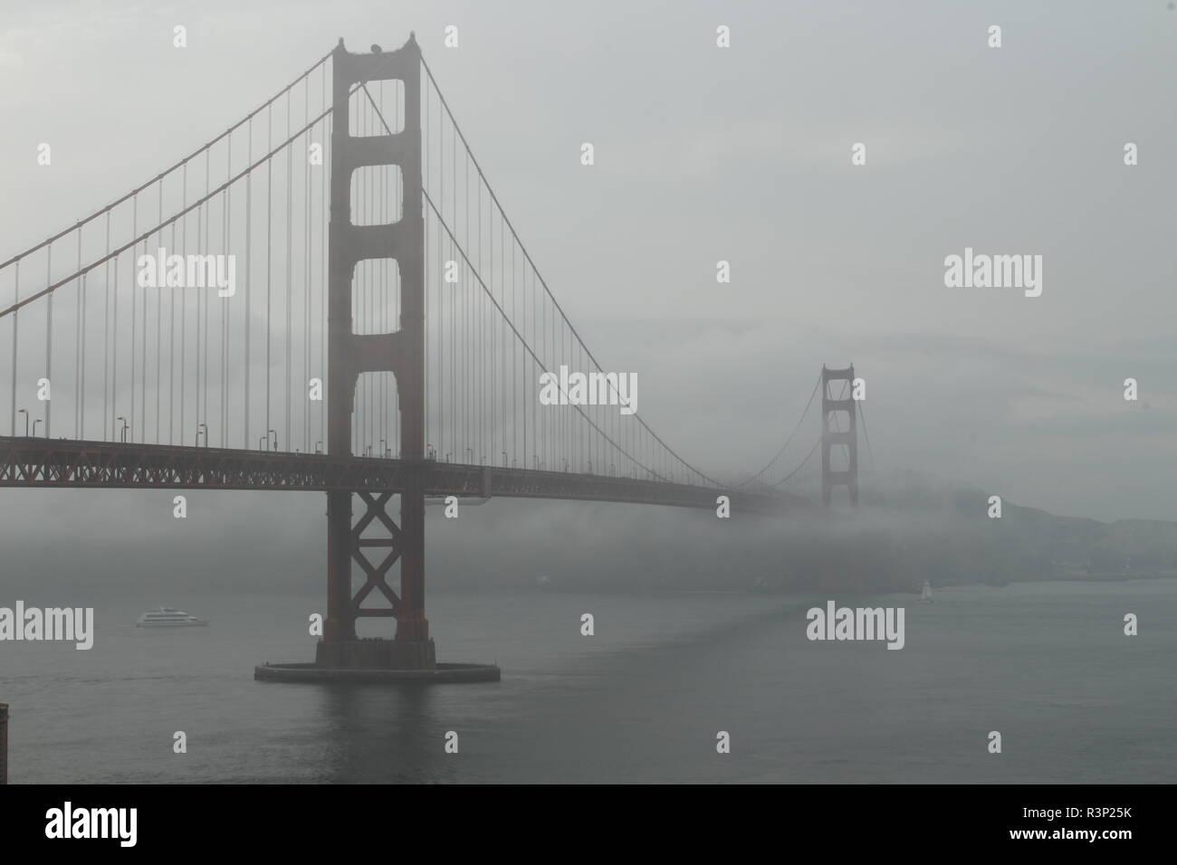 Golden Gate Bridge im Nebel in San Francisco von der Südseite der Brücke aufgenommen Stockbild