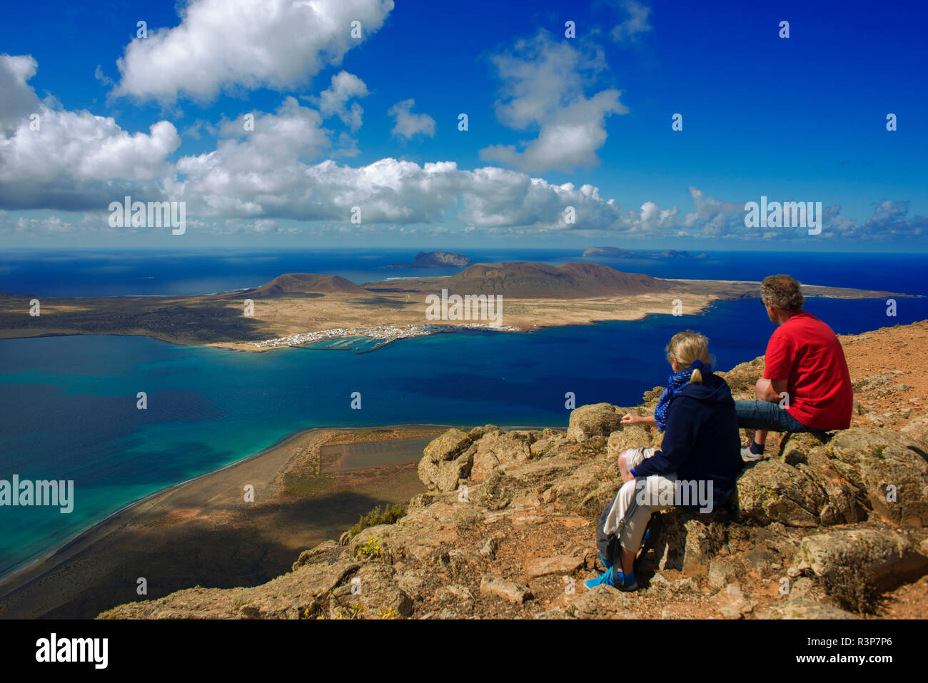 Chinijo Archipel aus der Sicht von El Río: La Graciosa, Montaña Clara und Alegranza, Insel Lanzarote, Kanarische Inseln. Stockbild