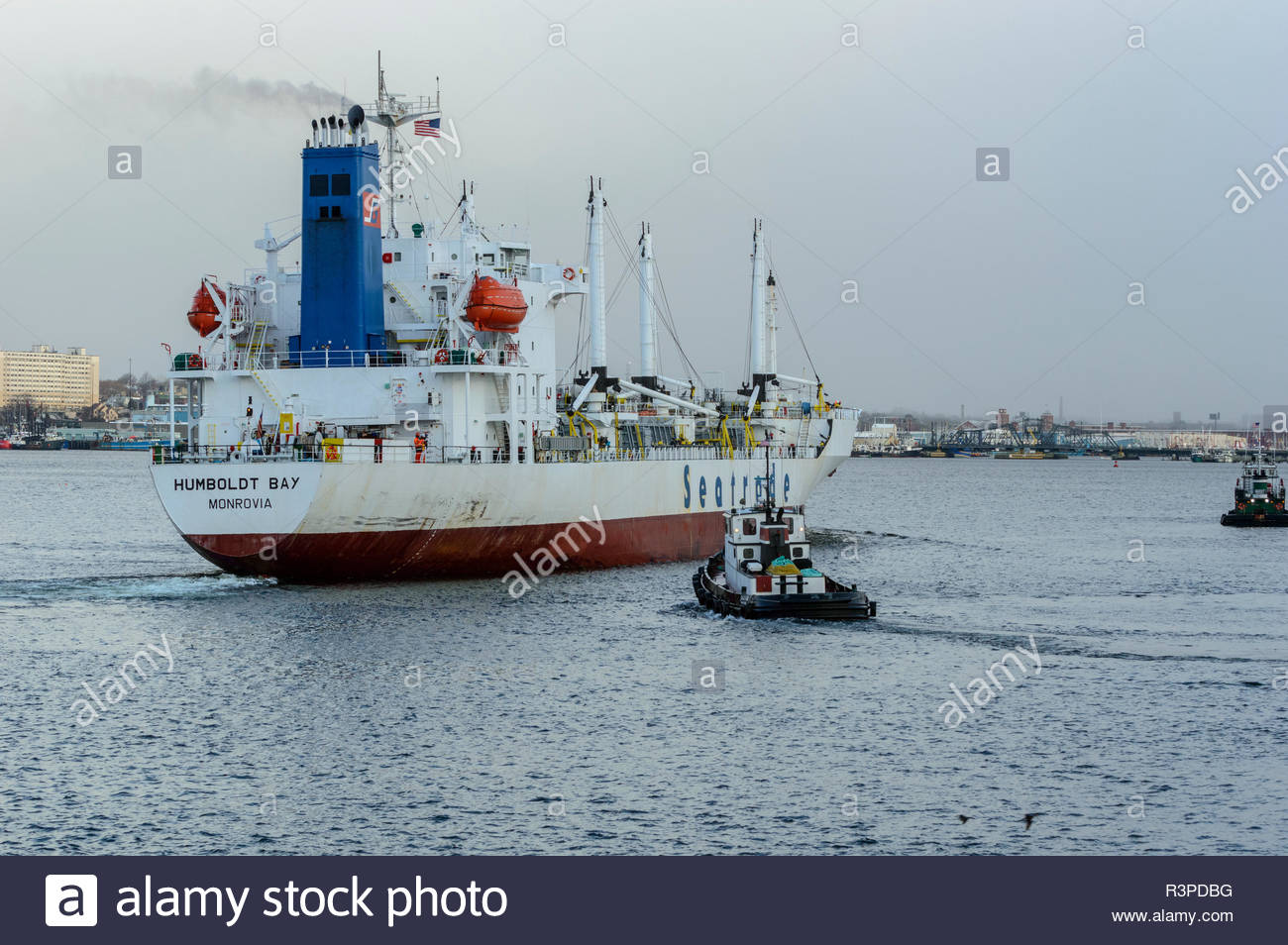 New Bedford, Massachusetts, USA - 25. März 2018: Tug Jaguar das Frachtschiff Humboldt Bay Dock tiefgekühlt an der Pier zu unterstützen. Stockbild