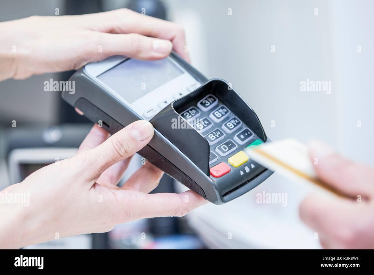Kunden die Zahlung per Karte. Stockbild