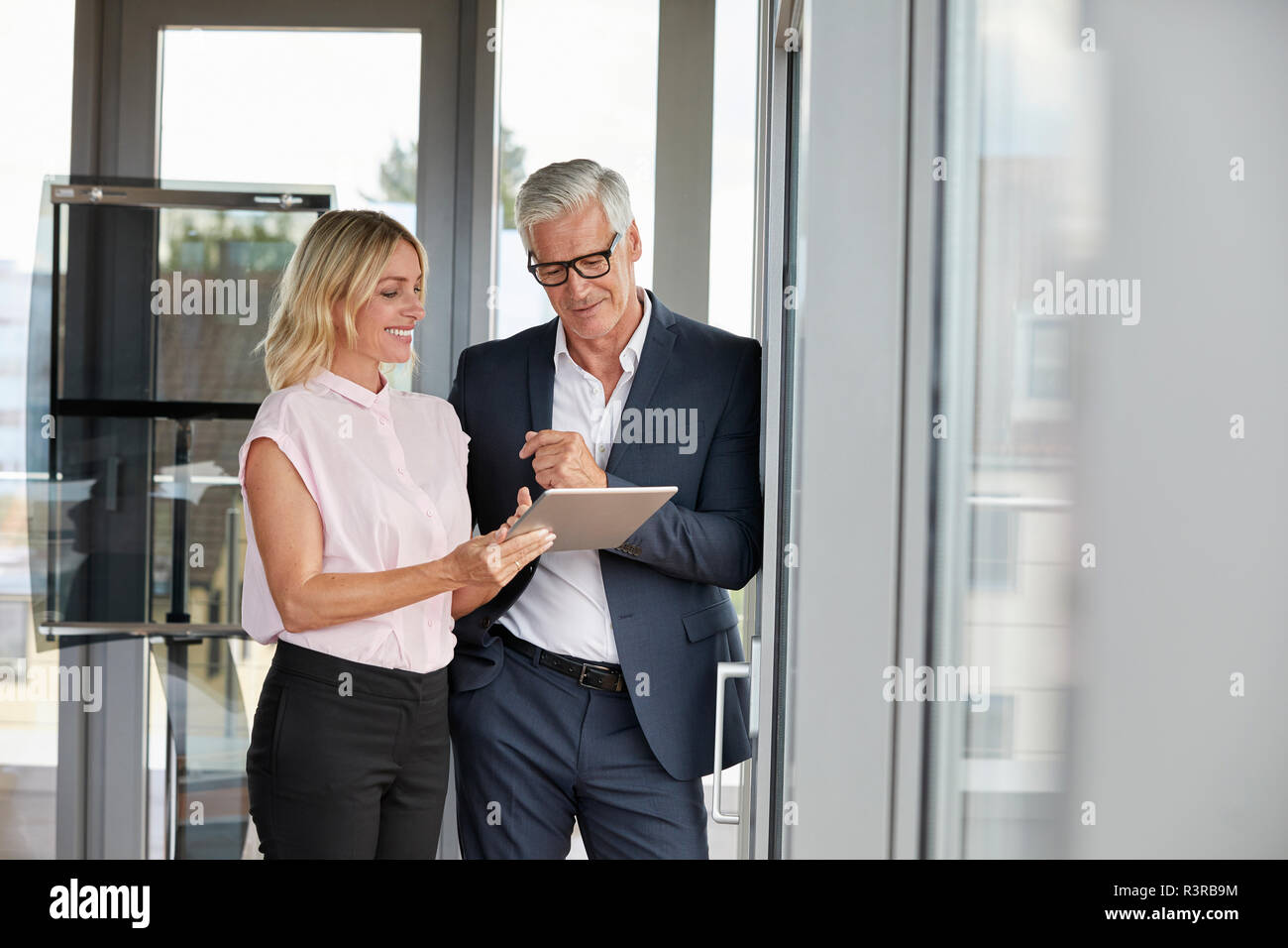Kaufmann und Frau im Büro, diskutieren Projekt, digitale tabet Stockfoto