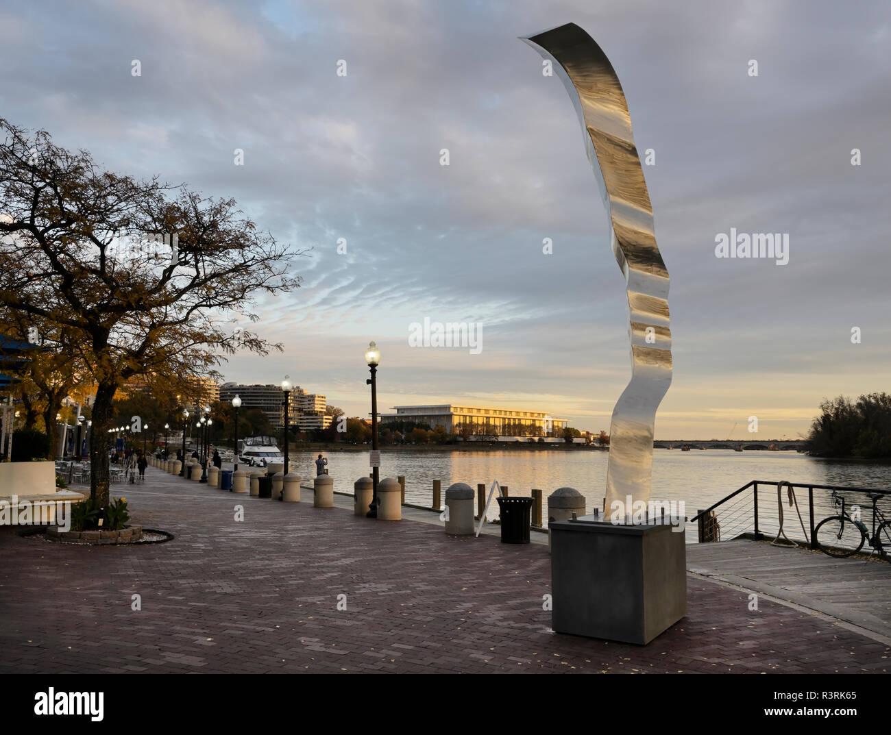 Georgetown Waterfront Park Fußgängerweg entlang Potomoac Fluss mit Skulptur, Mutter Erde von Barton Rubenstein Stockbild