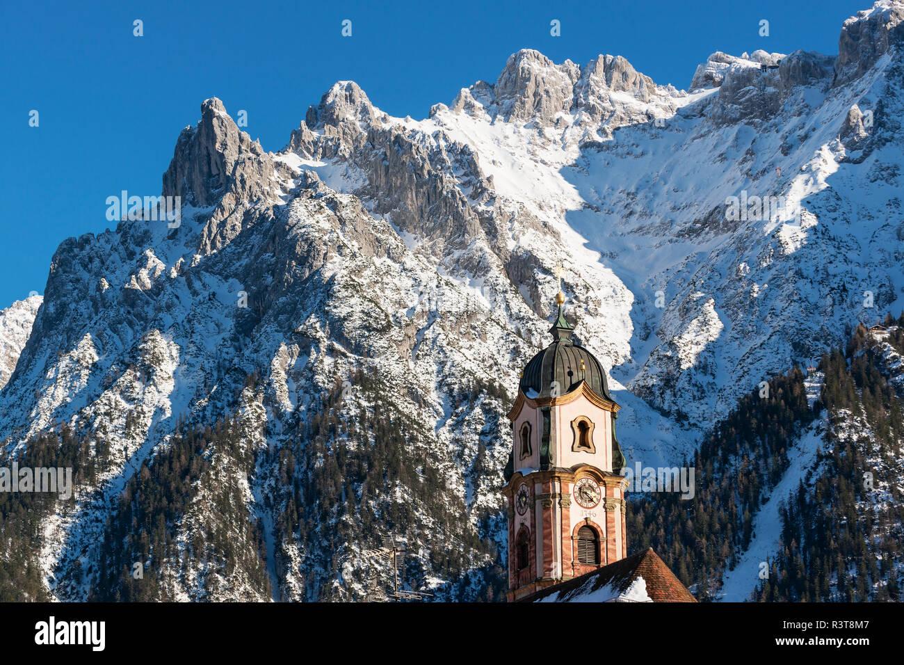Deutschland, Bayerische Alpen, Bayern, Oberbayern, Werdenfelser Land, Karwendel, Mittenwald, Kirche St. Peter und Paul Stockbild