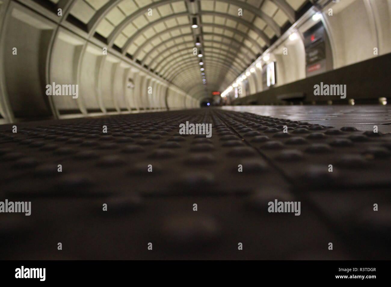 ADA-konform holprigen Fliesen bei Wheaton Metro Station, Wheaton, MD Stockbild