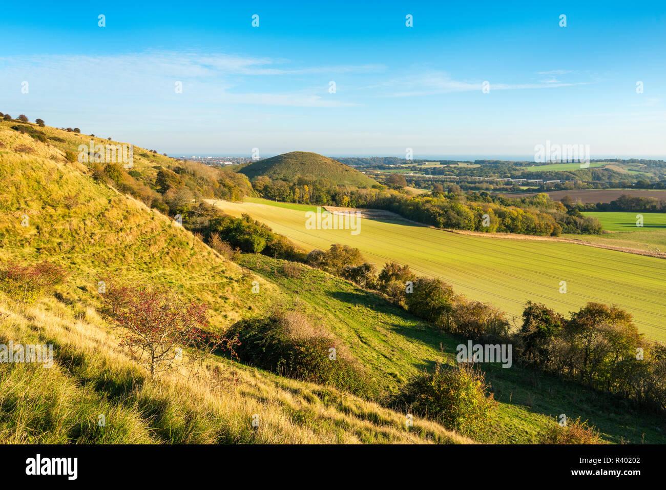 Ein Blick von der Kent Downs in der Nähe von Folkestone in Richtung der ikonischen Form von Summerhouse Hill. Stockbild