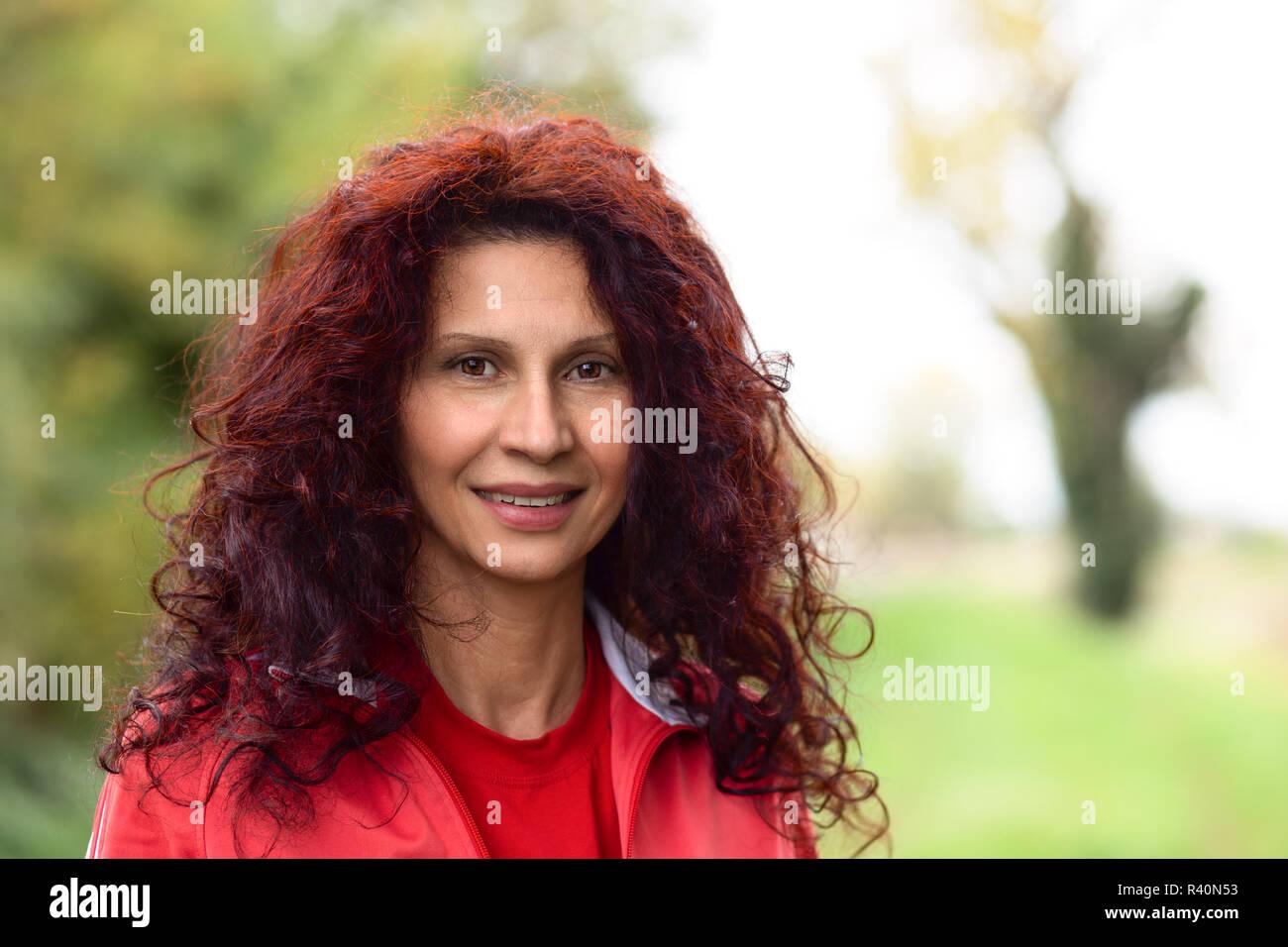 Mädchen In Rot Fitnessraum Anzug Im Garten Lächelnd Lange