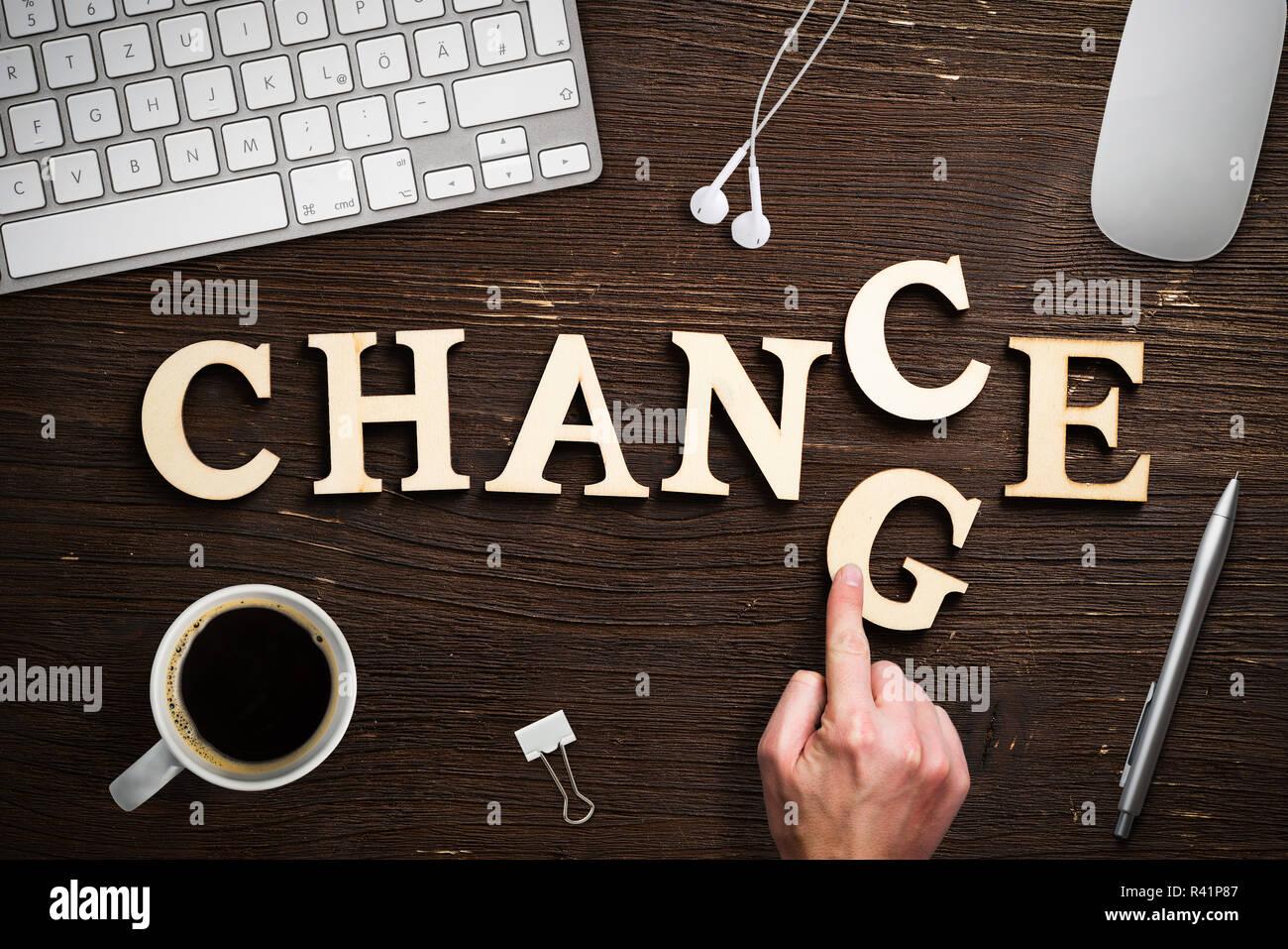 Hand bewegt ein Schreiben, das Wort 'Ändern' zu 'Chance' Stockfoto