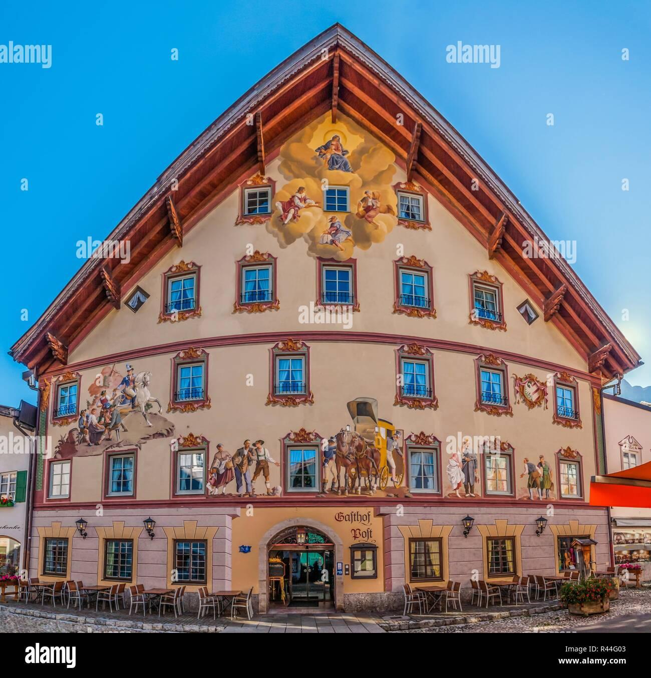 Mittenwald Geschäfts- und Wohnhaus mit einer alten Fassade lackieren Fassade in einer engen Straße als Panoramabild. Stockbild