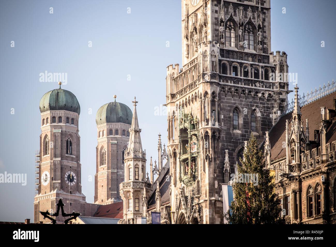 Rathaus und Frauenkirche in München Stockfoto
