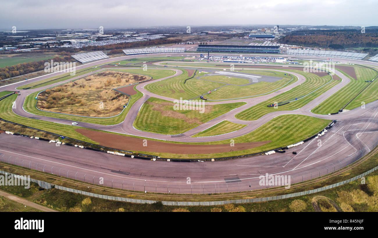 """Rockingham Motor Speedway in Northamptonshire, bekannt als Europas schnellste ovale Rennstrecke, hält seine letzten raceday am Samstag vor seinem schließt. Eine ovale Rennstrecke, die auf die 'Break die Form """"gehostete wettbewerbsfähige Racing für die letzte Zeit hat. Rockingham Motor Speedway in Corby, Northamptonshire, wurde im Jahr 2001 eröffnet und einmal Gastgeber der Britischen Tourenwagen Meisterschaft (BTCC) und der britischen GT. Aber der Schauplatz, der Host kann 52.000 Fans und kosten £ 45 m zu errichten, hat gestoppt hosting Racing zu einem """"Umschlagplatz"""" für die Automobilindustrie im Jahr 2019. Stockbild"""