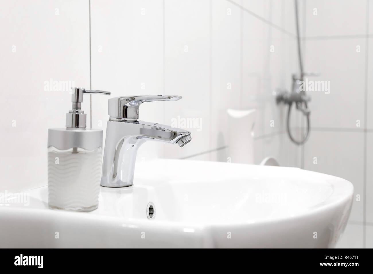 Weiss Stahl Waschbecken Mit Wasserhahn Im Badezimmer Stockfoto Bild