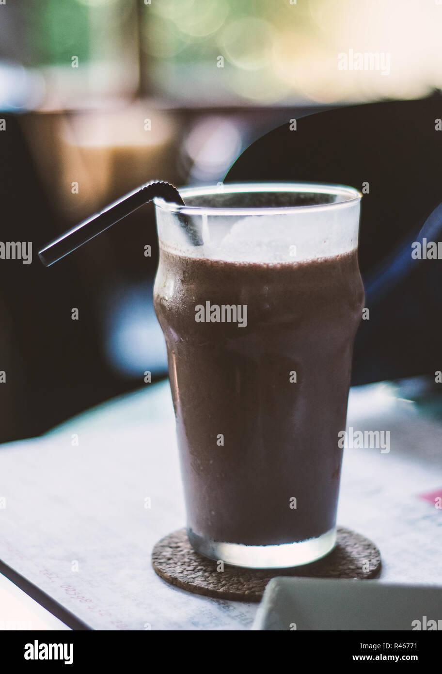 Lecker aussehenden Schokolade Milchshake in einem durchsichtigen Glas Stockbild