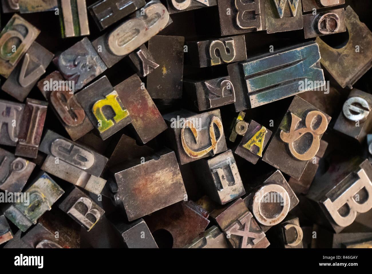 Durcheinander verschiedener Metall Buchstaben in ein Fach für den Einsatz in einem alten Heidelberger Druckmaschine. Stockbild