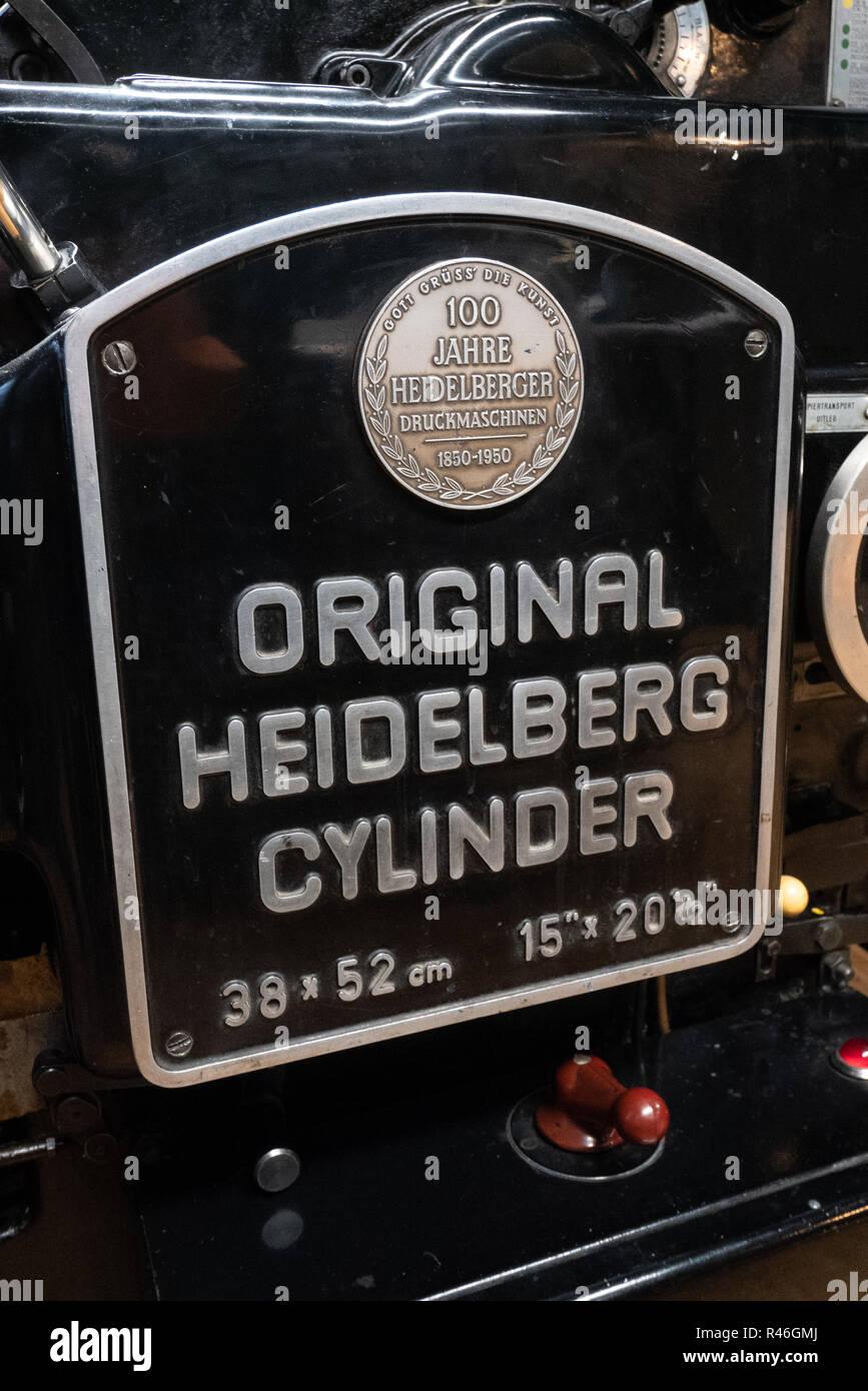 Nahaufnahme eines Original Heidelberger Zylinder arbeiten Drucken drücken Sie am Netz Grafisch Museum in Groningen, Niederlande. Stockbild