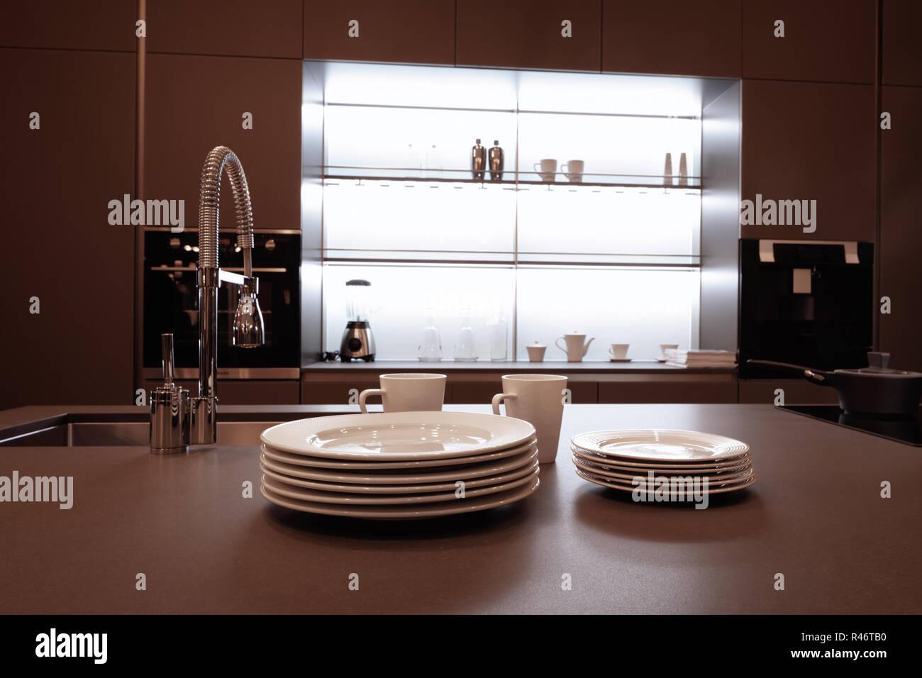 Moderne High Tech Kuche Interieur In Dunklen Brauntonen Mit Einem