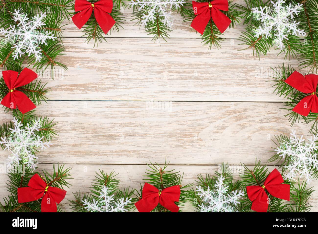 weihnachten rahmen aus tannenzweigen mit schneeflocken und. Black Bedroom Furniture Sets. Home Design Ideas