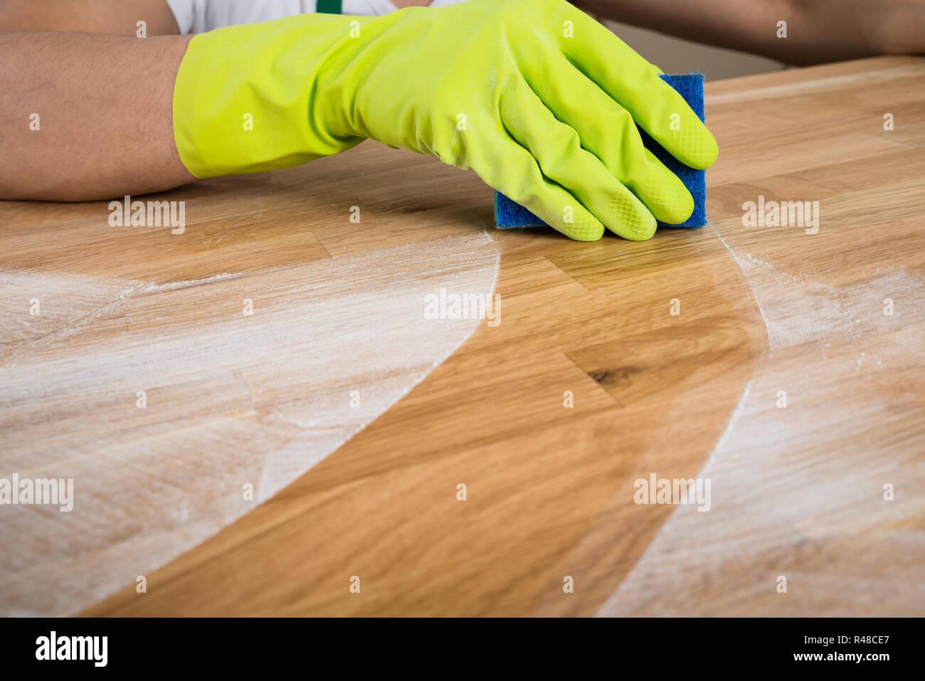 Top Mann Reinigung Staub auf hölzernen Tisch Stockfoto, Bild CW65