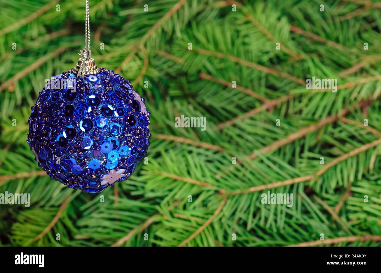 Deko Kugel über Kiefer tanne Zweig Weihnachten Hintergrund mit Platz für Text kopieren Stockbild