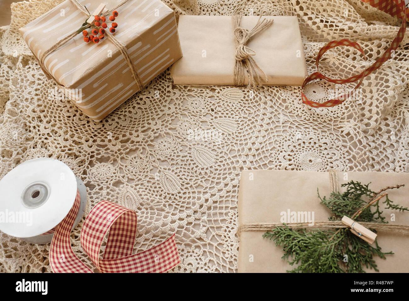 Edle Weihnachtsgeschenke.Edle Weihnachtsbaum Geschenke Box Präsentiert Auf Spitze Tischdecke
