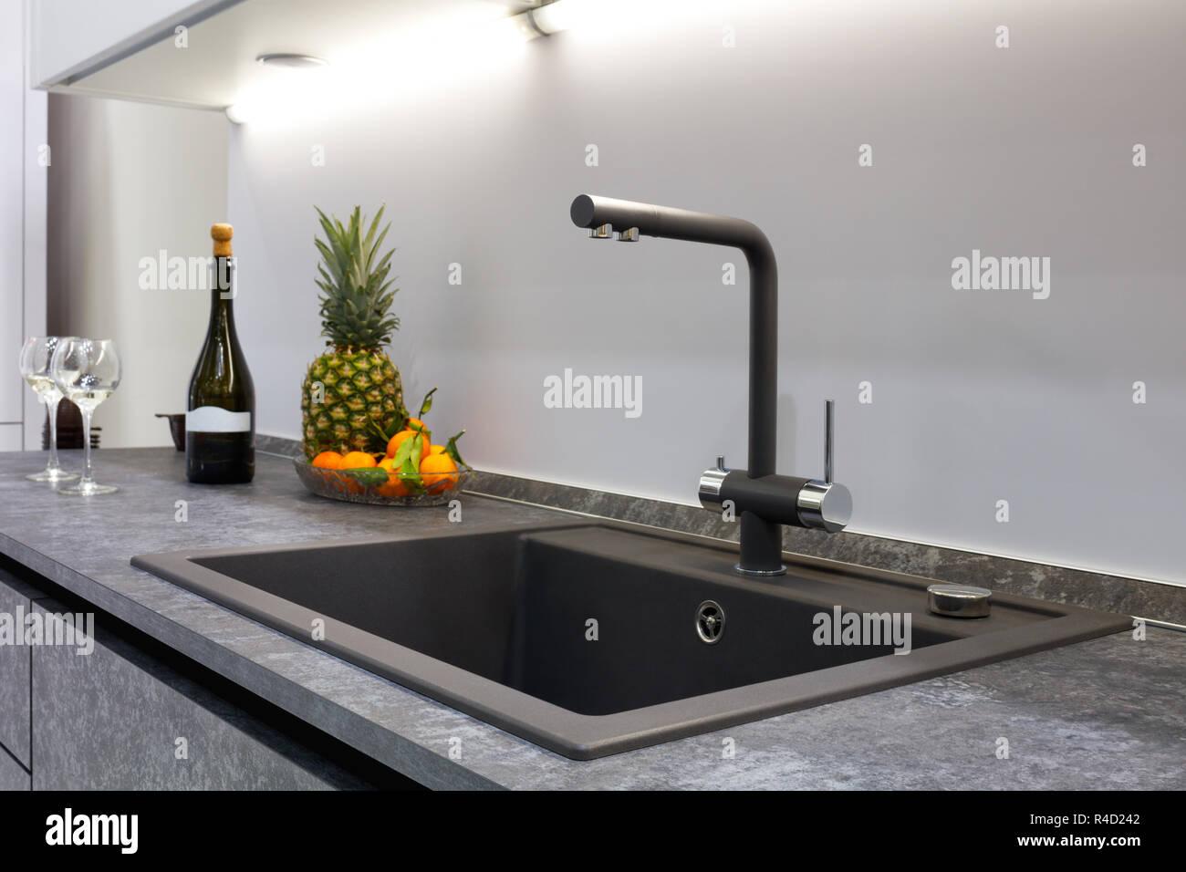Das Innere der moderne Küche ist mit einem grauen Stein ...