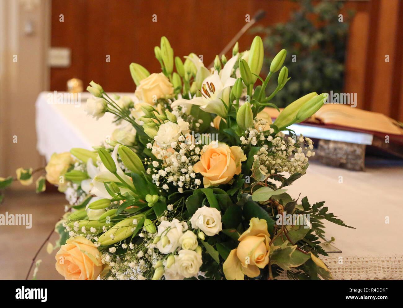 Weiß Und Rosa Blumen Schmücken Den Altar Einer Kirche Für