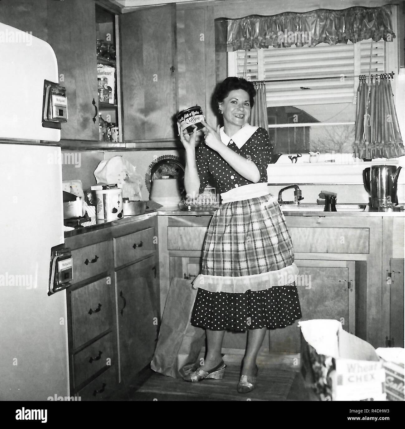 1950 Hausfrau In Ihrer Küche Und Hielt Ein Kännchen Kaffee Usa