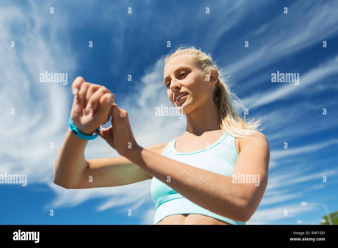 9f702e6e91 glückliche Frau mit Herzfrequenz-Uhr und Kopfhörer Stockfoto, Bild ...