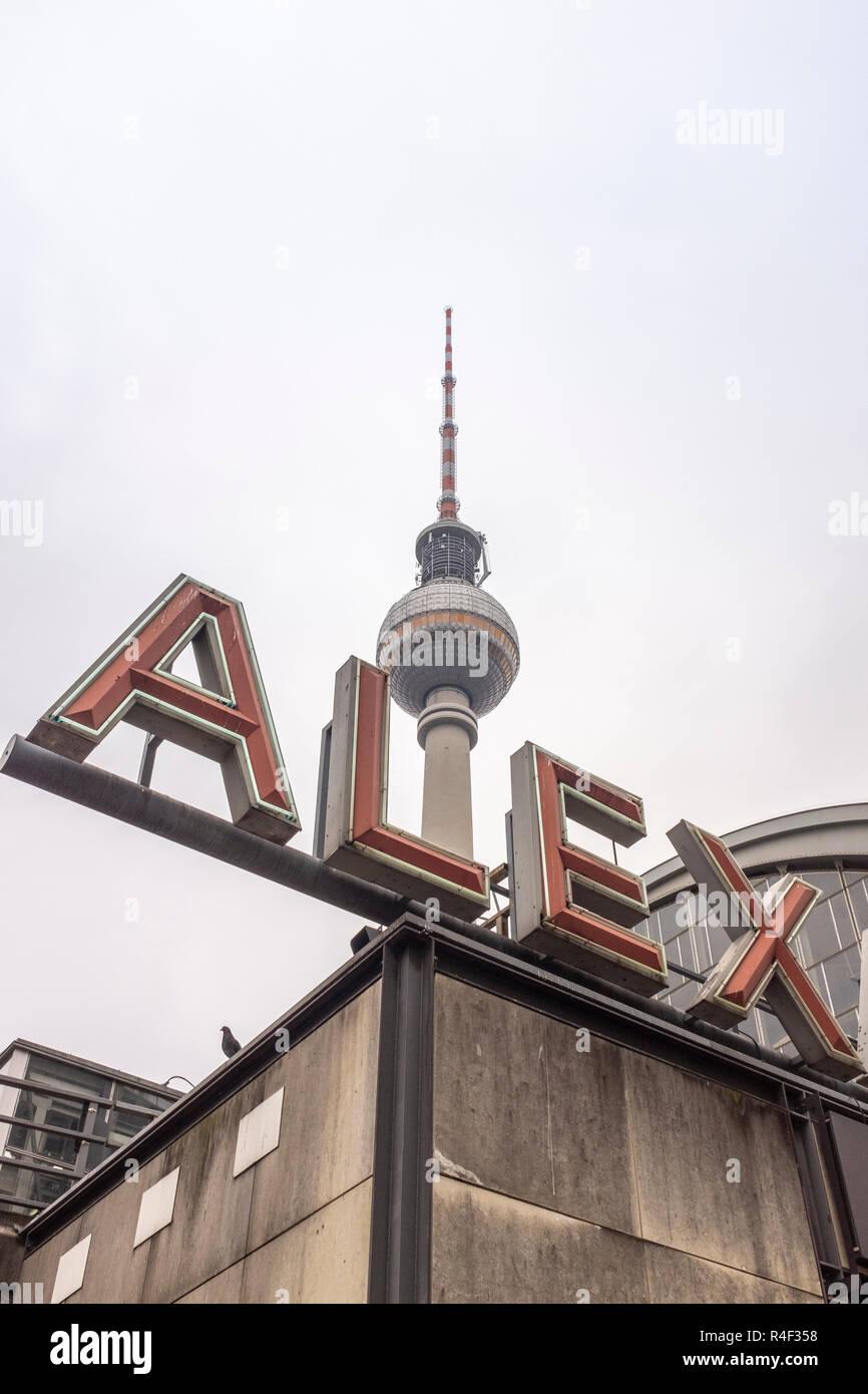 Deutschland, Berlin, Alexanderplatz, bis zu den Fernsehturm suchen. 1.197 Fuß hoch (368 Meter) der Berliner Fernsehturm Fernsehturm ist das höchste Gebäude in Ber Stockfoto