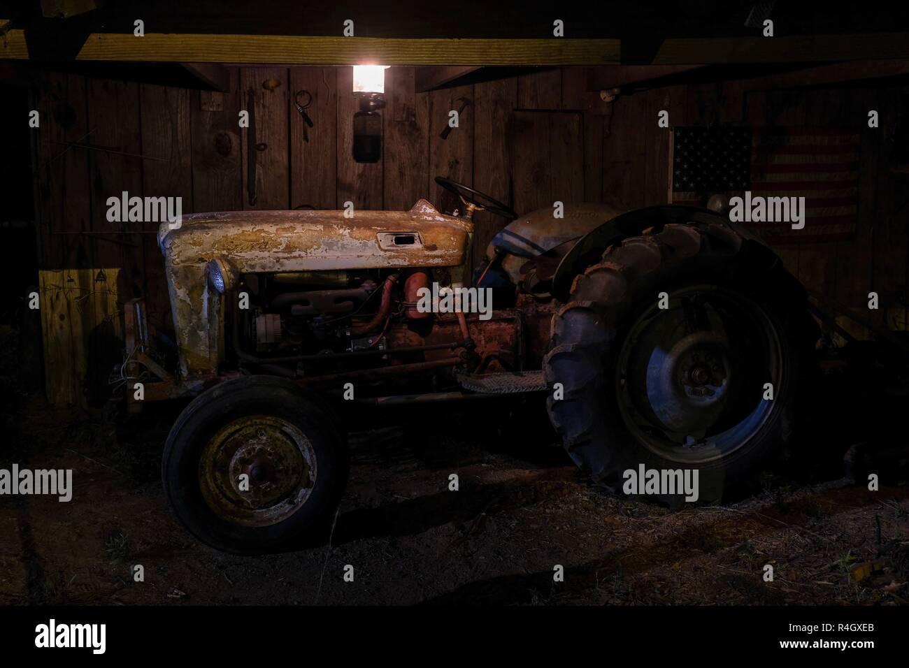 Ein Vintage Oder Antike Traktor In Einer Alten Scheune Unter Dem