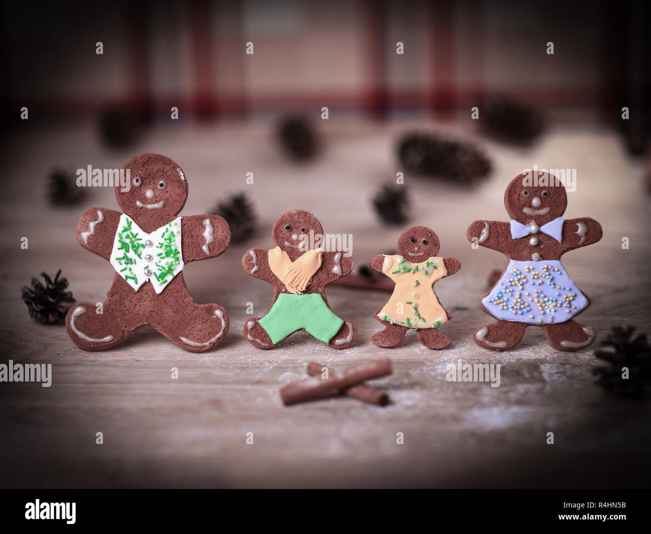 Der Weihnachten.Lebkuchen Männer Und Zimtstangen Auf Der Weihnachten Tabelle