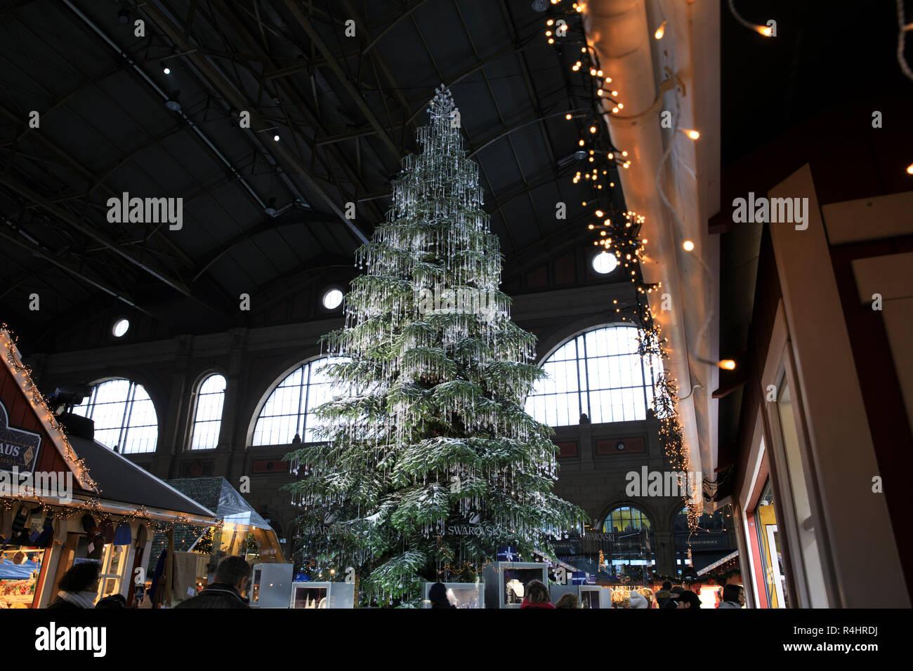 Weihnachtsmarkt Zürich.Ein Riesiger Weihnachtsbaum Drapiert Mit Swarovski Schmuck Die